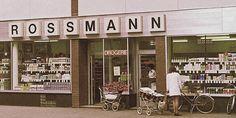 """HANNOVER * 1972 Am 17. März 1972 eröffnete der gelernte Drogist Dirk Roßmann in der Jakobistraße im hannoverschen Stadtteil List den ersten Selbstbedienungs-Drogeriediscounter in Deutschland. Mit seinem """"Markt für Drogeriewaren"""" in einer Seitenstraße nur wenige Meter entfernt vom Lister Platz legte der damals 25 Jährige den Grundstein für ein europaweites Drogeriemarkt-Imperium, zu dem heute allein in Deutschland 1.991 Filialen (Stand: Januar 2016) zählen – und jede Woche kommen bundesweit…"""