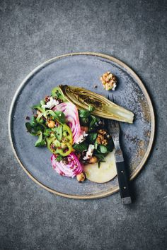 Crazy obsessed with beets and radishes, healthy! Chioggia beet, endive and quinoa rainbow salad Vegetarian Recipes, Cooking Recipes, Healthy Recipes, Food Design, Quinoa Salad, Rainbow Salad, Beets, Food Inspiration, Gastronomia