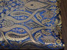 Ceci est une belle brocart de soie tissu design floral de benarse pur heavy en bleu marine, noir et or. Le tissu illustrent vignes florales tissées d'or sur fond bleu marine.  Vous pouvez...