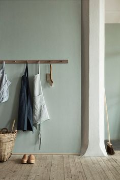 Natural Wonders: Linen Wallpaper from Boråstapeter (Remodelista: Sourcebook for the Considered Home) Estilo Interior, Interior Styling, Interior Design, Estilo Shaker, Linen Wallpaper, Interior Minimalista, Modern Traditional, Wall Colors, Bedroom Colours