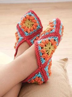Newest Absolutely Free Crochet slippers granny square Suggestions New Crochet Granny Square Slippers Ideas Crochet Slipper Pattern, Granny Square Crochet Pattern, Knitted Slippers, Crochet Slippers, Crochet Squares, Crochet Granny, Free Crochet, Knit Crochet, Crochet Patterns