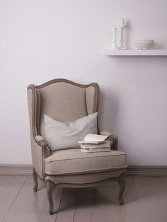 Combina tonalidades de gris y azul con muebles de maderas para conseguir un espacio armonioso. Color Jotun 9930