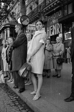 John Pratt - La danseuse russe Sonia Petrovna attendant le bus, Paris, 1966.