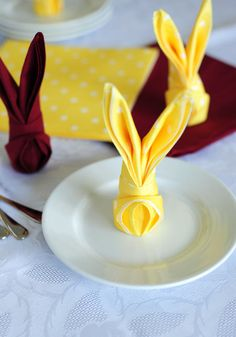 DIY Easter Decorations - Decor Ideas for the Home and Table - How to Fold a Napkin Into a Bunny - Cute Easter Wreaths, Cheap and Easy Dollar Store Crafts for Kids. Vintage and Rustic Centerpieces and Mantel Decorations. Easter Wreaths, Holiday Wreaths, Holiday Fun, Festive, Easter Brunch, Easter Party, Easter Décor, Easter Ideas, Diy Osterschmuck