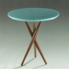 Tampo em laca brilho, com vidro 4 mm sobreposto, pintado (na cor da laca) e colado.