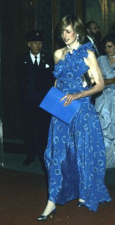 In November, 1982 several months after giving birth to Prince William, Princess Diana caused a frenzy amongst the fashion press when she wore this Bruce Oldfield midnight blue dress to a banquet in Guildhall. Princess Diana Death, Princess Diana Fashion, Princess Of Wales, Real Princess, Princesa Diana, Royal Dresses, Nice Dresses, Mary Donaldson, Iconic Dresses