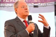Nur nichts aufzwingen lassen, weiß Peer Steinbrück selbst nur zu gut. Denn 2013 war er der Kanzlerkanditat der SPD, der gegen die übermächtige Angela Merkel antrat und von vornherein schon keine Chance hatte.
