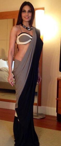 Bipasha in what looks like a post-modern saree. Basu rocks this look! Bollywood Saree, Indian Bollywood, Bollywood Fashion, Bollywood Actress, Sari Bluse, Modern Saree, Stylish Sarees, Saree Look, Indian Beauty Saree