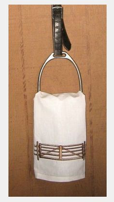 Stirrup and stirrup leathers towel holder. Love the look but don't even want to think about how filthy my stirrups are. Stirrup and stirrup leathers towel holder. Love the look but don't even want to think about how filthy my stirrups are. Equestrian Decor, Western Decor, Equestrian Style, Diy Home Decor Projects, Easy Home Decor, Home Decor Bedroom, Stirrup Leathers, Horseshoe Crafts, Horse Crafts
