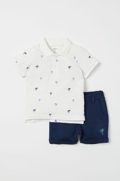 Set with a polo shirt and shorts in soft fabric. Short-sleeved polo shirt in cotton piqué with ribbed collar, button placket, and short slits at sides. Kids Store Display, Baby Boy Outfits, Kids Outfits, Kids Clothes Boys, Kids Fashion Boy, Summer Boy, Baby Shop, Neue Trends, White Shorts