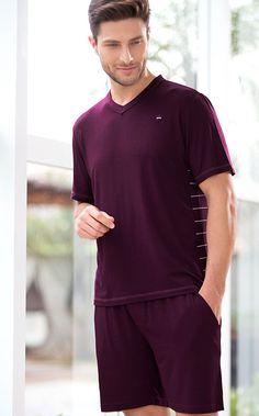 MICK. 'SMART-CASUAL' Inédito Modal listrado com Lycra exclusivo no conjunto de blusa e calça. A existência de detalhes tornam a peça exclusiva, como coroa masculina bordada, gola V, costas listradas e bermuda com bolsos.