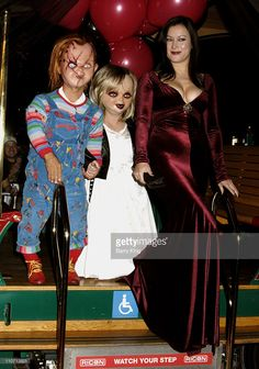 Chucky, Tiffany and Jennifer Tilly during 'Seed of Chucky' Los Angeles Premiere - Arrivals at The Grove in Los Angeles, California, United States. Bride Of Chucky Halloween, Bride Of Chucky Costume, Dead Bride Costume, Halloween Outfits, Chucky Movies, Horror House, Horror Icons, Great Movies, American Actress
