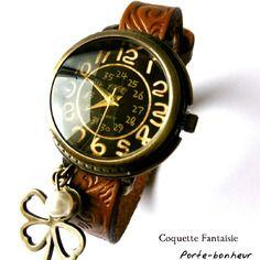 """Montre femme bracelet cuir marron """"porte-bonheur"""", charms trèfle a 4 feuilles et jolie perle nacrée blanche"""
