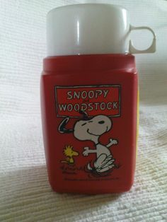 Vintage Snoopy thermos flask - My first lunchbox was THIS - the lunchbox itself was vinyl and buttoned with a goldtone twist clasp. This is the exact thermos. 1980s Toys, Retro Toys, Vintage Toys, 1980s Childhood, My Childhood Memories, Vintage Lunch Boxes, School Memories, Snoopy And Woodstock, 80s Kids