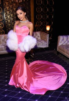 Ariana Grande canta a bordo de um rosa Michael Costello