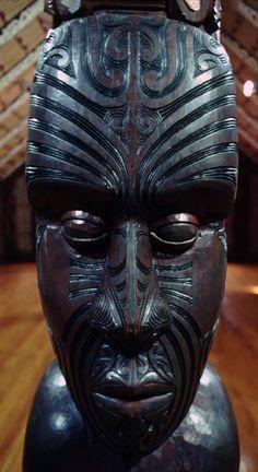 Maori wood carved statue at Marae (Maori meeting house) in Waitangi, Bay of Islands, NZ Maori Face Tattoo, Maori Tattoos, Waitangi Day, Maori Tribe, New Zealand Holidays, Bay Of Islands, Aboriginal Culture, Wooden Statues, Nz Art