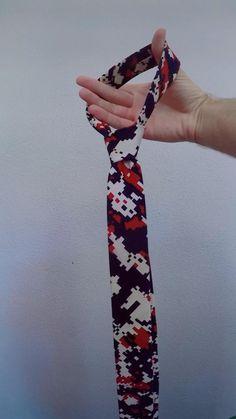 Ways To Wear A Scarf, How To Wear Scarves, Tie A Necktie, Diy Fashion Hacks, Groom Shoes, Diy Scarf, Clothing Hacks, Men Style Tips, Tie Knots