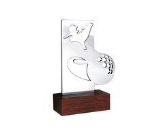 Peça: bidimensional, 17,5cm de altura.  Materiais disponíveis: alumínio (prata).  Base: madeira natural ipê ou madeira revestida de fórmica preta, 12x6x4cm.  Placa cortesia: aço inox,6x2cm.