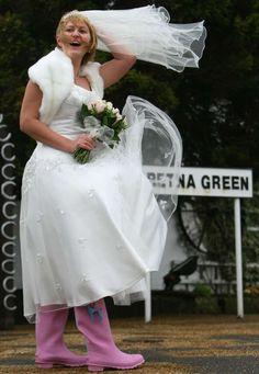 Preparatevi: la prossima stagione autunno/inverno, tutte le spose indosseranno stivali di gomma rosa... - Reuters Girls Dresses, Flower Girl Dresses, Wedding Dresses, Sneakers, Fashion, Dresses Of Girls, Bride Dresses, Tennis, Moda