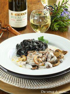 De vous à moi...: Pintade en Pot-au-Feu au Riesling, Champignons et Spaghettis Noirs
