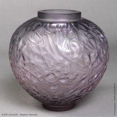Vase R.LALIQUE 1920  Verre couleur améthyste. Référence : Félix Marcilhac, catalogue raisonné de l'oeuvre de verre de R.Lalique, éd. de l'Amateur Paris, 1994, p. 427.