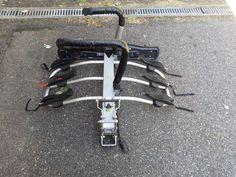 Loue porte vélo sur attelage ( capacité 3 vélos ) inclinable pour un accès facile au coffre . Loué avec un jeu de sangles pour fixer les vélos .