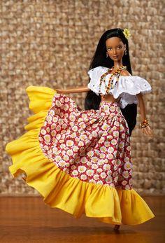 """Pela primeira vez em Belém, a boneca mais famosa do universo estrela a exposição """"Barbies pelo Mundo - Celebrando a Diversidade Cultural"""",... Hawaiian Party Cake, Japan, Traditional Outfits, Fashion Dolls, Barbie Dolls, Black And Brown, How To Look Better, Bell Sleeve Top, Street Style"""