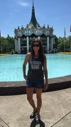 What to Wear & NOT Wear at the Amusement Park - momma in flip flops