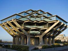 A arquitetura brutalista da biblioteca do campus de San Diego da Universidade da Califórnia.