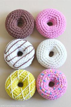 Kijk wat ik gevonden heb op Freubelweb.nl: een gratis haakpatroon van Hello Yellow Yarn om deze donuts te maken https://www.freubelweb.nl/freubel-zelf/zelf-maken-met-haakgaren-donuts/