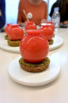 """""""Tarte pistache fraise"""" réalisée par le chef François Daubinet lors d'un cours """"Autour des tartes de saison"""" à la Michalak Masterclass"""