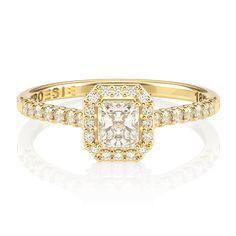 Elegante e atemporal, este anel de noivado foi cuidadosamente desenhado para maximizar o brilho de seu diamante central, uma gema seleta na lapidação