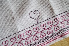 Vohvelipujotusta Crafts To Do, Easy Crafts, Swedish Embroidery, Swedish Weaving, Textile Fabrics, Sewing For Kids, Needle And Thread, Blackwork, Handicraft