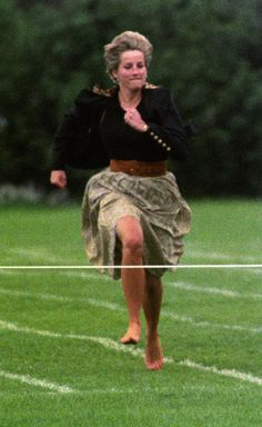 JUNE 1991 - Famous for her involved approach to raising her children, Diana took part in the Mothers' race at the Wetherby School sports day. Princess Diana - Fashion and Style Icon Lady Diana Spencer, Looks Kate Middleton, Pippa Middleton, Princess Diana Fashion, Princess Diana Wedding, Princess Diana Photos, Elisabeth Ii, Sophie Marceau, Romy Schneider