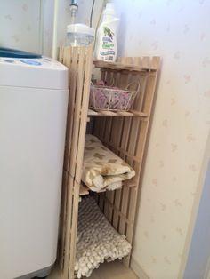 湿気が気になる洗面所にも通気性の良いすのこは便利です。洗濯機横の隙間スペースを活用して棚を作ればタオルや洗剤などの洗濯グッズの収納棚になります。100円ショップのすのこは小さめなのでサイズが合いやすいかもしれません。