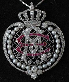 ROYAL DUTCH JEWELS: Platinum pendant with the monogram of Queen Emma Adelheid. Diamonds, Pearls and Rubies. Around 1900.