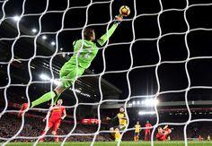 Simon Mignolet a favor de Liverpool FC.