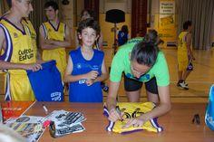 Els nostres van demanar firmes i fotos a Maria Pina 76