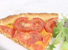 Facile et gouteuse, découvrez la recette de la tarte à la tomate en vidéo. Avec son cheddar, elle a comme un petit air british  !