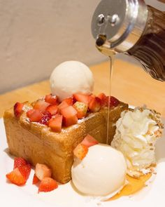 TGIF!! Strawberry Shibuya Honey Toast ขนมปงอบกรอบๆ กบไอศกรมเยนๆ พรอมสตอเบอรสด ราดนำผงเยอะๆ อรอยมากเลยคะ  #eatography #afteryou by eatography Honey Dessert, Honey Bread, Nutella French Toast, Honey Toast, Bread Toast, Sweet Bakery, Beautiful Desserts, Fancy Desserts, Bakery Cafe