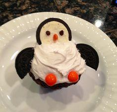 I love penguins Christmas Desserts, Christmas Baking, Christmas Treats, Holiday Treats, Holiday Recipes, Penguin Cupcakes, Cupcake Cookies, Cupcake Recipes, Dessert Recipes