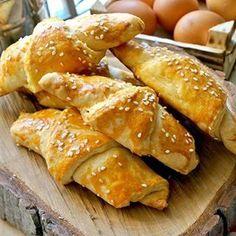 Maya yok, beklemek yok!😉Yumuşacık, puf puf, kıvamı tam yerinde, içinde de peynir olan mis kokulu ve pratik bir poğaça var! #tarifiyemekcomdan: Tam ölçülü mayasız poğaça😍😋 Malzemeler: 125 gram oda sıcaklığında margarin, 1 çay bardağı yoğurt, 1 çay bardağı sıvı yağ, 3 yemek kaşığı sirke, 2 adet yumurta beyazı, 1 paket kabartma tozu, 1 silme tatlı kaşığı tuz, 4,5 su bardağı un İçi için: 100 gram beyaz peynir Üzeri için: 2 adet yumurta sarısı, 2 yemek kaşığı susam Püf noktası: İsterseniz…