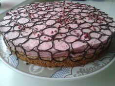 Hindbær Cheesecake på nødde/kikse bund pyntet med mørk chokolade Nødde/kiksebund: 175g mandler 150g digestive kiks 1tsk vaniliesukker...