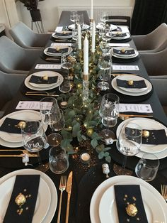 New Year's table setting ✨ You are in the right place about decoration table white Here we offer Christmas Dining Table, Christmas Table Settings, Christmas Table Decorations, Holiday Tables, Decoration Table, Tree Decorations, Christmas And New Year, Christmas Home, Christmas Crafts
