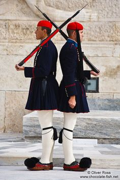 Griechenland Athen/Guards at the Monument of the Unknown Soldier in Athens - Tsolias Macedonia, Zorba The Greek, Greek Soldier, Empire Ottoman, Greek Men, Greek Beauty, Unknown Soldier, Iconic Dresses, Creta