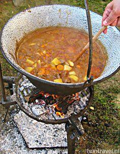 Uit #Hongarije komt het idee van de kookketel of #heksenketel. Perfect om een heerlijke #goulash of stoofpot in te maken!Wil je een keertje de echte Hongaarse sfeer beleven en op een open vuurtje goulash leren maken? Je kunt je aanmelden via info@huntravel.nl