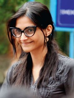 10 Bollywood Celebrities Who Look Beautiful Without Makeup. She looks beautiful without makeup. In fact, she looks much better without any makeup Sonam Kapoor Without Makeup, Bollywood Actress Without Makeup, Indian Makeup And Beauty Blog, Celebs Without Makeup, Glasses Trends, Celebrity Skin, Celebrity Style, Celebrity Wallpapers, Photo Makeup