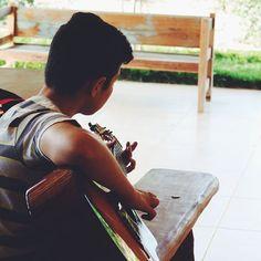 This brazilian boy really know how to make the girls crazy with his guitar...  . . . . #makemusic #makingmusic #playingmusic #musicianslife #familytimes #family #familylife #brazilingram #brazil #ranchero #ranch #instapic #peoplephotography #foodpreparation #bahia #travelbrazil #farmlifestyle #instatraveling #mytravelgram #visitbrazil #travelphotographer #instapassport #brazil #passionpassport #worlderlust #exploringtheglobe