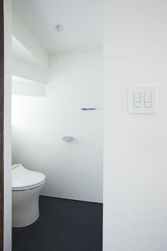 階段の形状がそのまま現れるトイレ。<br /> 階段下というネガティブなイメージを特徴的な空間として効果的に利用しています。<br /> 天井が低くなる部分に小さな窓と収納もある、とっても機能的なトイレ。 専門家:エトウゴウ建築設計室が手掛けた、階段下を利用したトイレ(鎌倉の家 旗竿敷地に建つ中庭のある家)の詳細ページ。新築戸建、リフォーム、リノベーションの事例多数、SUVACO(スバコ)