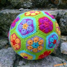 Háčkovaný fotbalový míč.